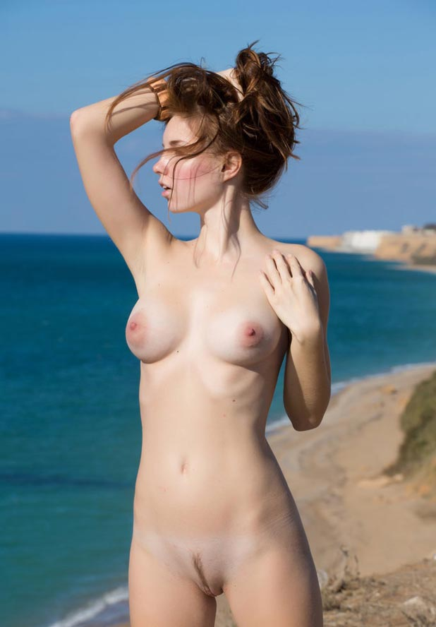 femme nue au bord de la mer