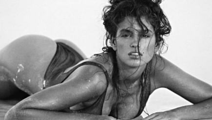 photo de femme mouillée et sexy sur la plage par Marco Glaviano