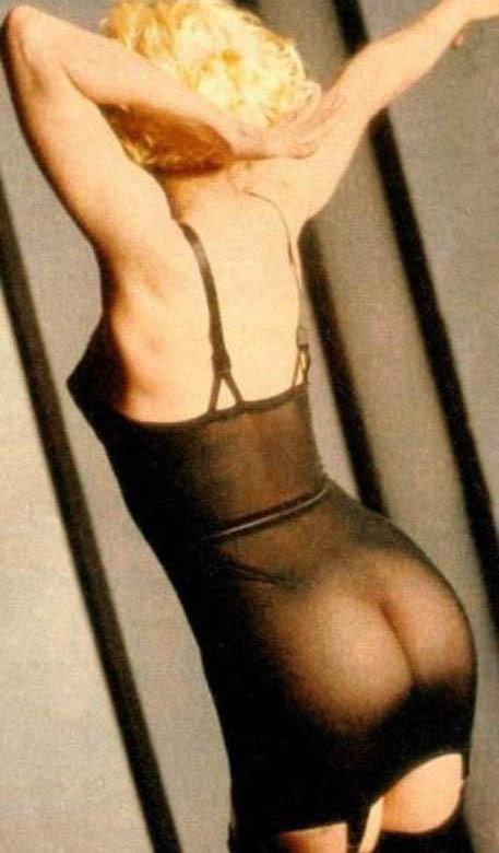 Madonna en tenue sexy noire transparente