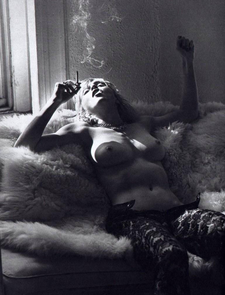 Madonna fume seins nus dans la fourrure