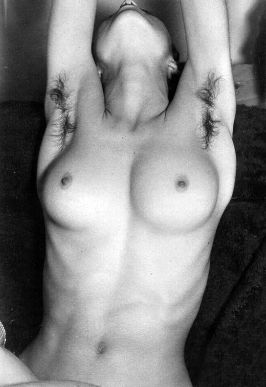 Madonna nue aisselles poilues seins nus