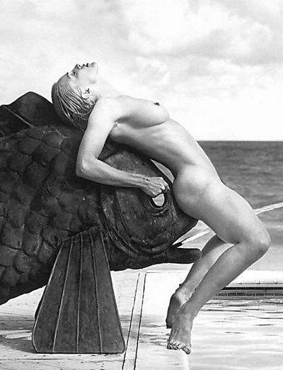Madonna nue au bord d'une piscine