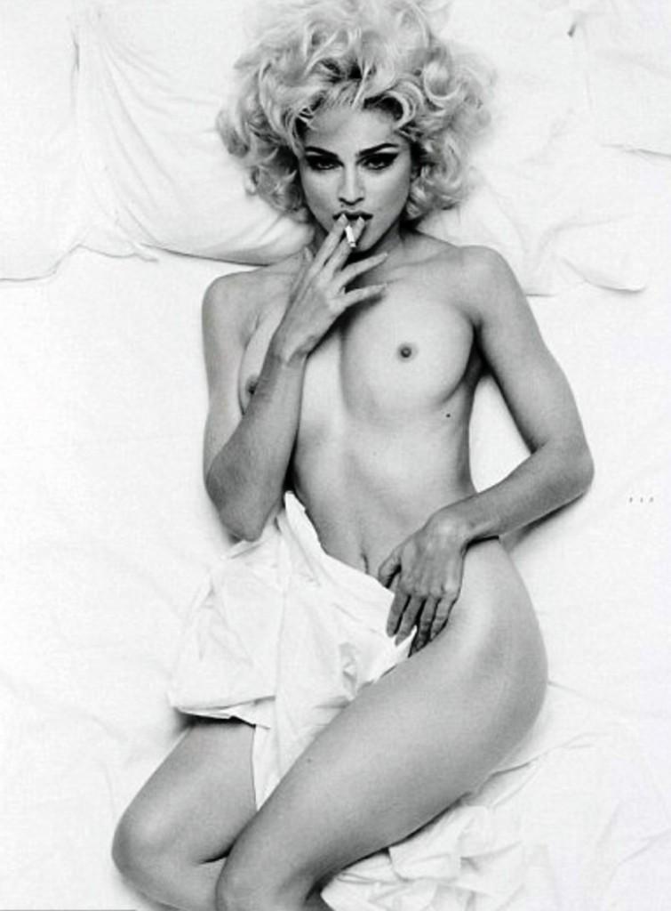 Madonna nue au lit fume
