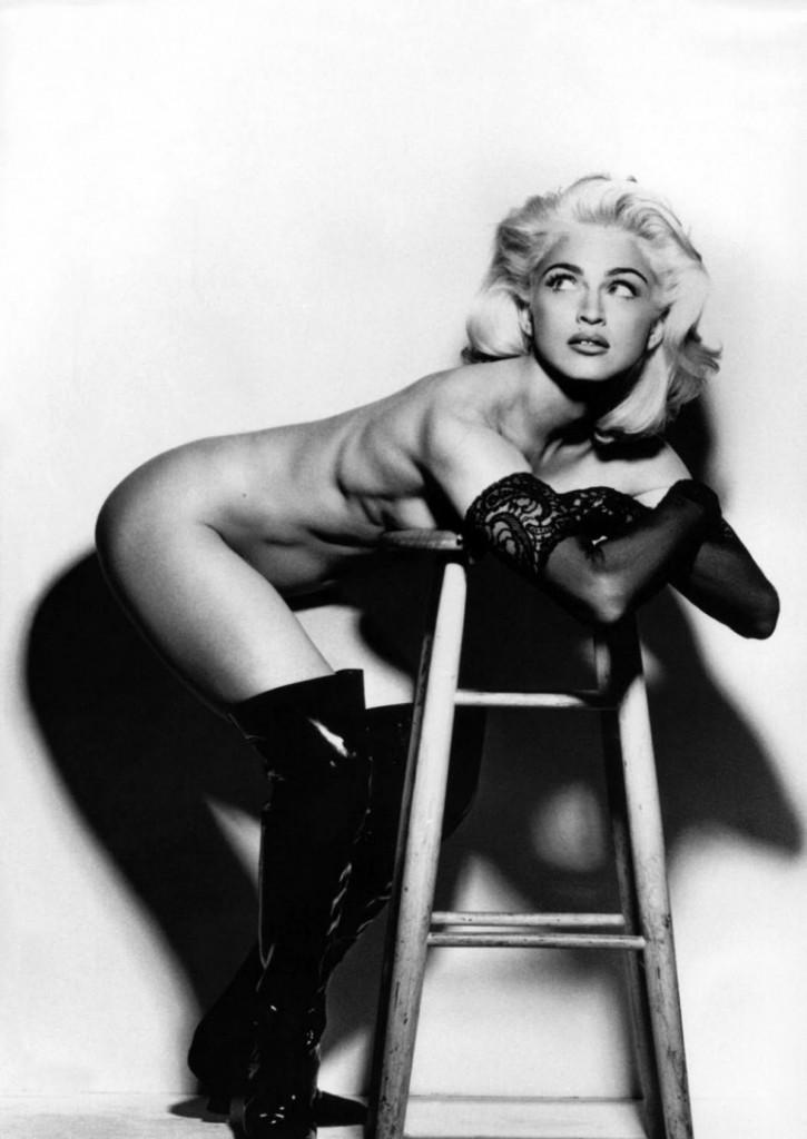 Madonna nue en bottes latex