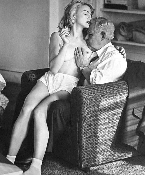 Madonna seins nus avec un vieux