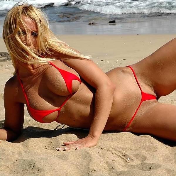 blonde en micro bikini sur la plage