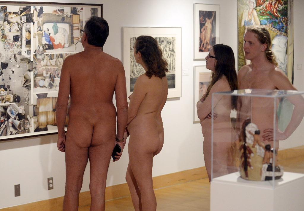 deux couples nus regardent les oeuvres du genre art nu