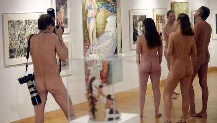groupe de gens nus venus à l'expo nu