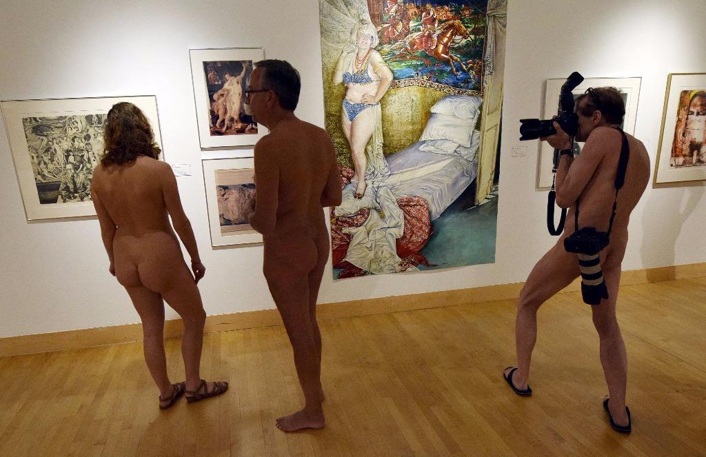 homme nu à l'exposition nu