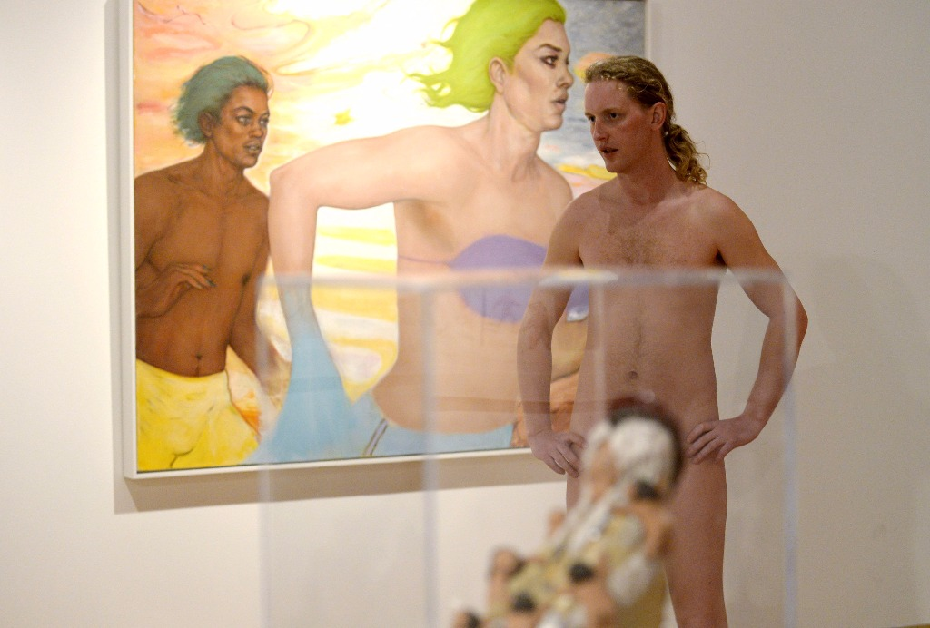 homme nu à l'expo d'art