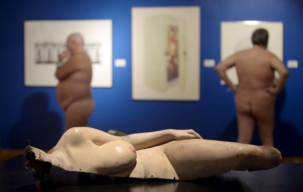 oeuvre d'art de l'expo Getting Naked et visiteurs nus