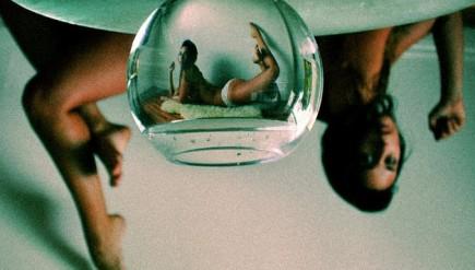 femme nue vue à travers aquarium