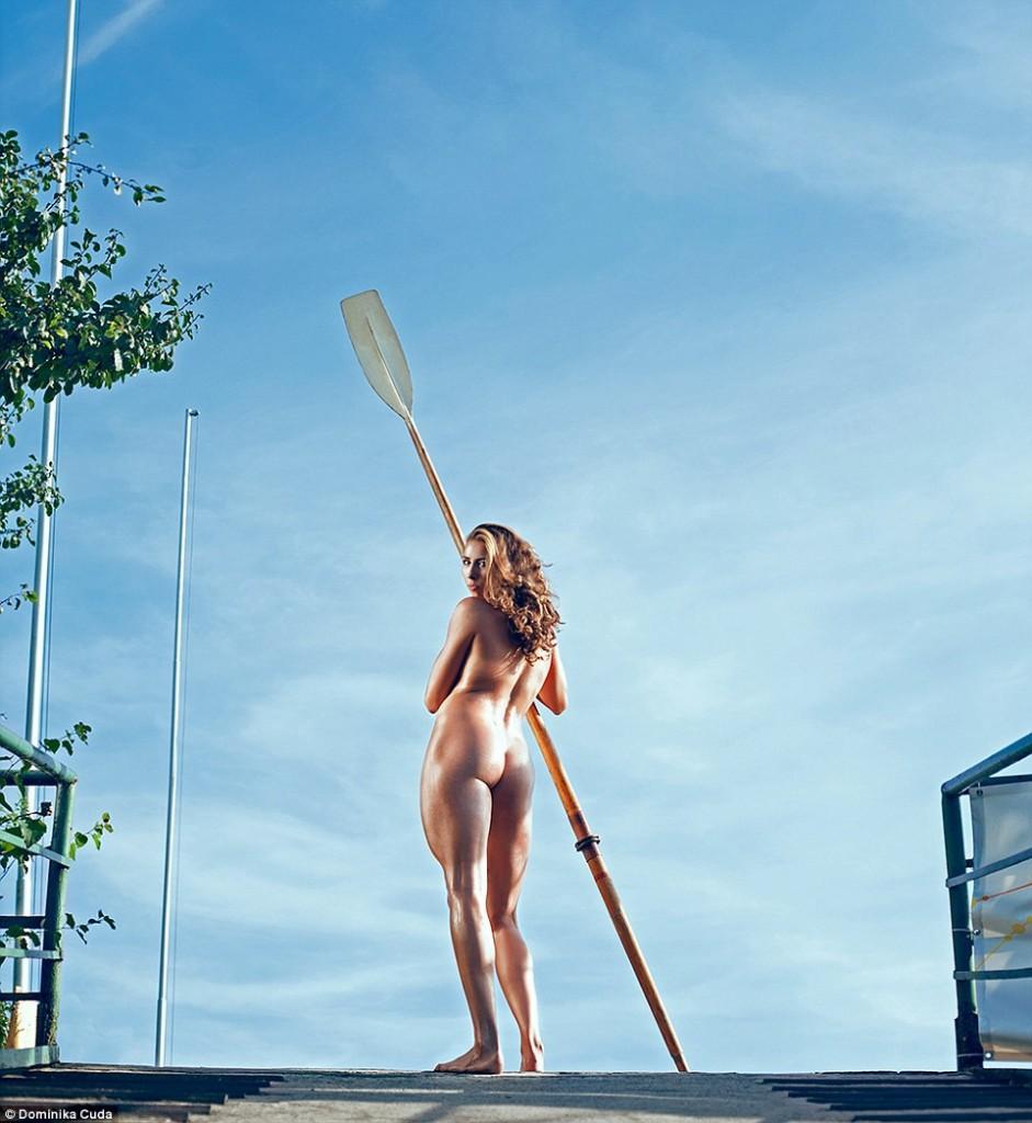 femme nue avec une rame