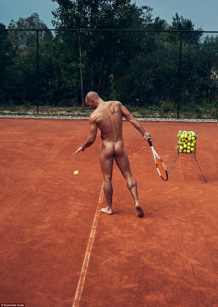 homme nu musclé sportif joue au tennis