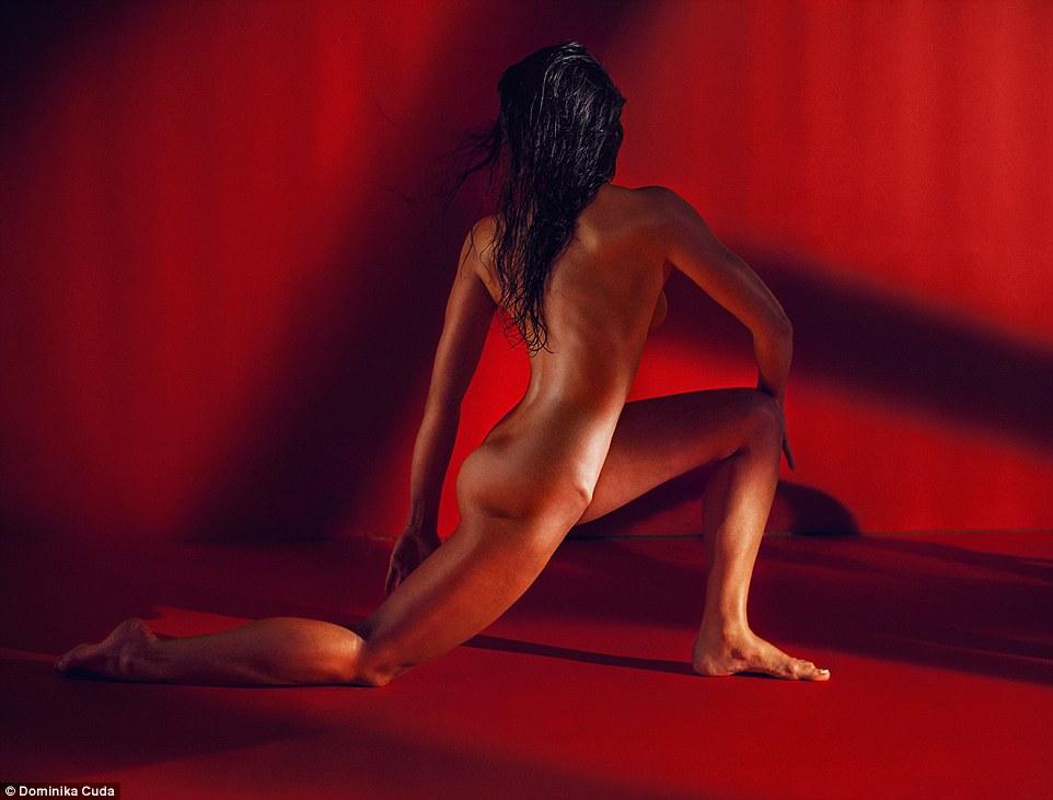 une brune sportive nue photographiée de dos